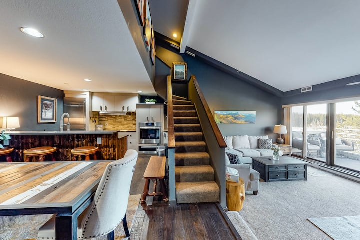 Dog-friendly mountain chalet w/shared hot tubs, free WiFi, & private balcony!