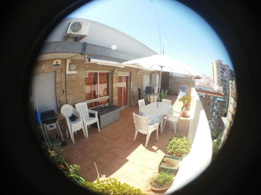 Terraza de + de 40 m2 vista por ojo de pez.con parasol y tumbona
