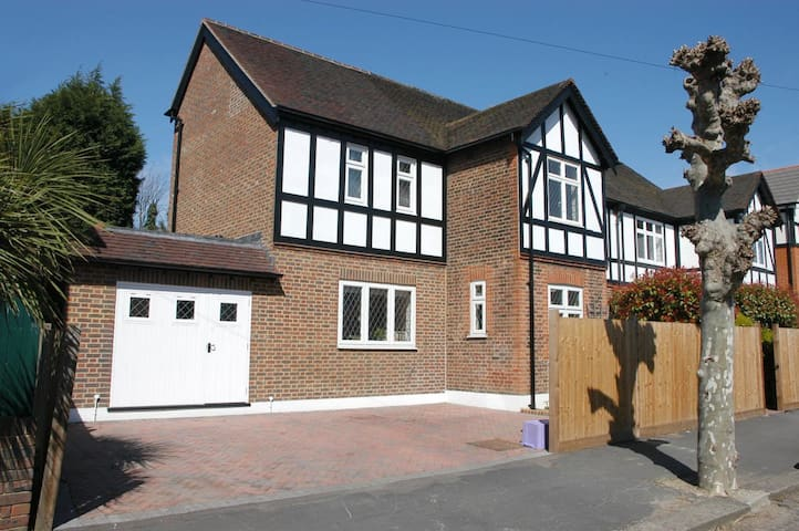 Modern House, lovely bedrooms, heart of Wimbledon2