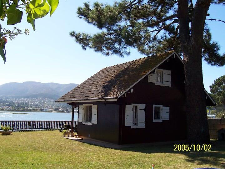 Casa de madera sobre el mar