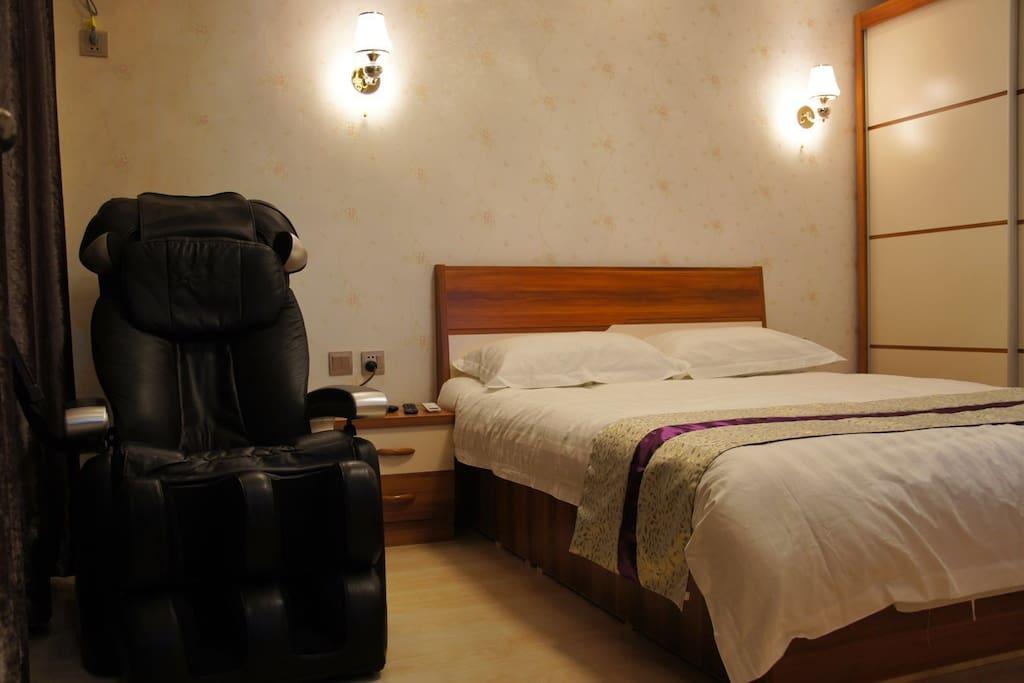 卧室,有豪华按摩椅,独立卫生间,
