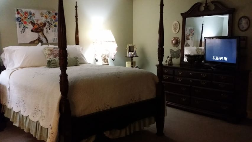 Large, comfy & quiet. 20 min from FQ. Room 3 of 3
