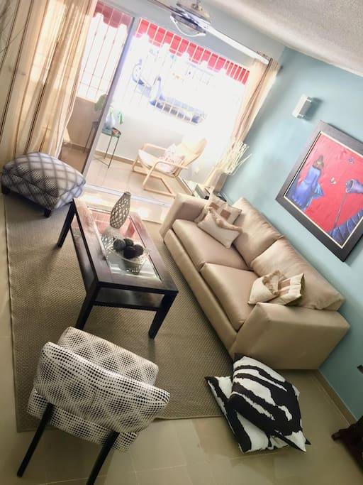 Sala con Balcón / Living Room with Balcony