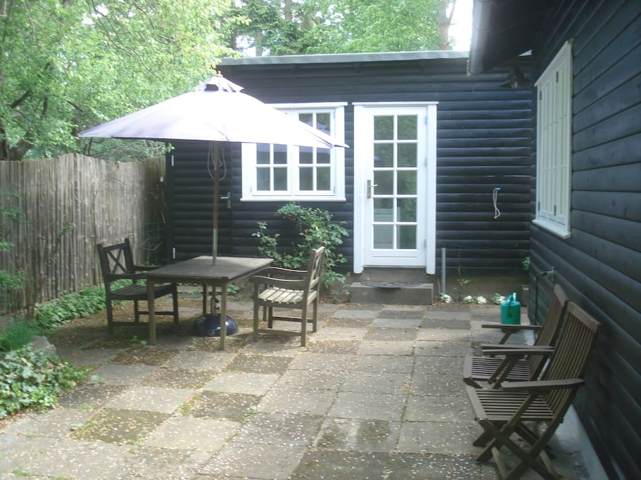 Separat gæstehus med dobbeltseng og eget bad og toilet bag hovedhuset.