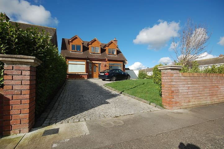 Malahide house by the sea/village - Malahide - Ev