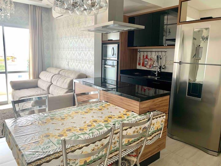 Luxuoso apartamento com 1 suíte e 1 quarto, ar condicionado, wi-fi, localizado a 200 metros da Praia de Palmas
