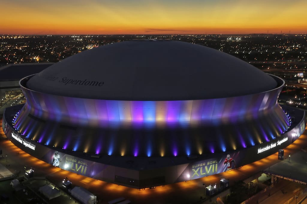 5 blocks from the Mercedez-Benz Superdome. Walk to a game or concert in 10 minutes!