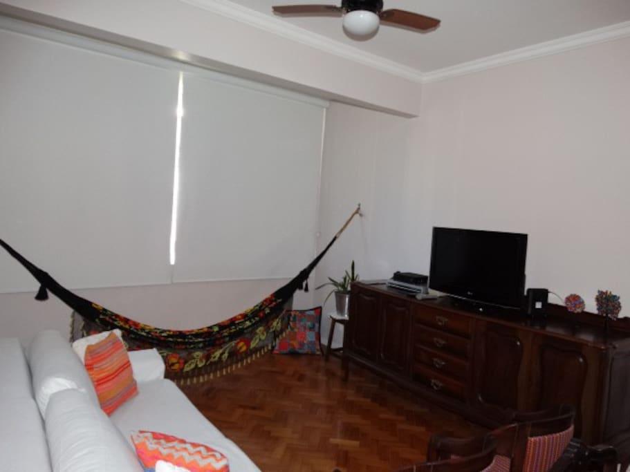 Sala de estar com sofá confortável e rede.