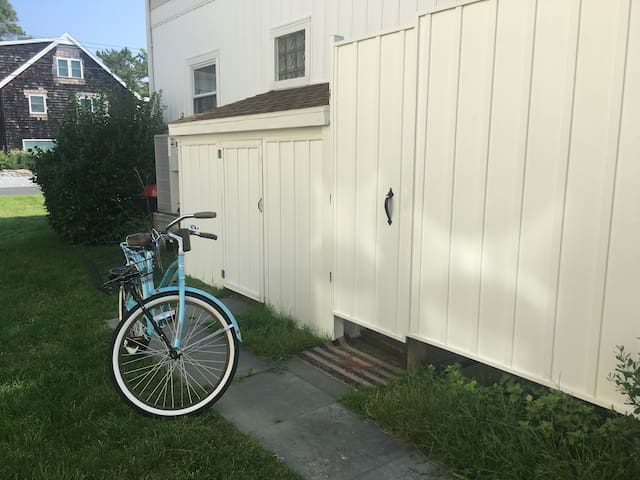 Outdoor shower. Bike storage/bikes included.