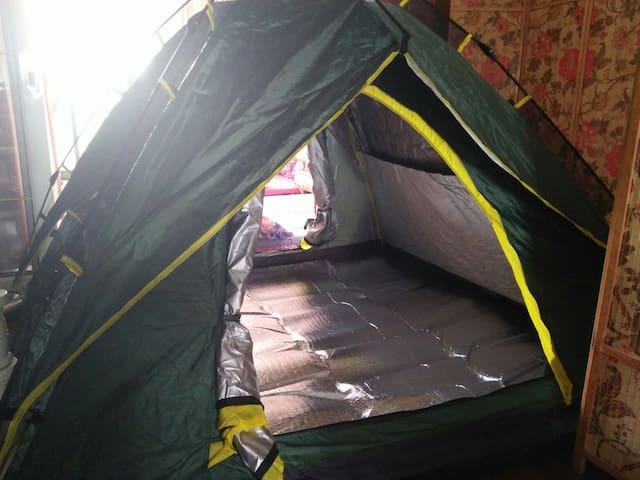 秋冬季帐篷前后打开,内部放上铝膜防潮垫的效果图