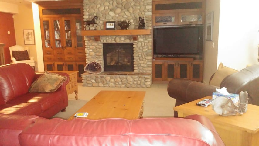 Acreage Living near Okotoks, AB - De Winton - Bed & Breakfast