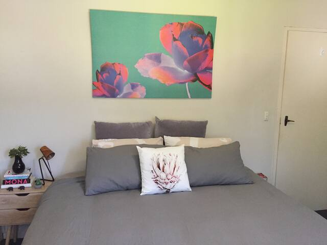 Bright room in Ascot Vale Apt just 5km to the CBD