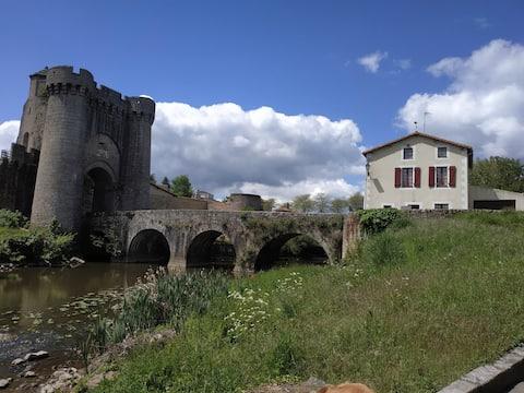 Gîte de la Tour quartier médiéval  bord de rivière