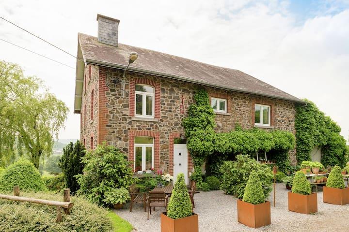 Casa de campo boutique en Trois Ponts, Bélgica con jardín vallado