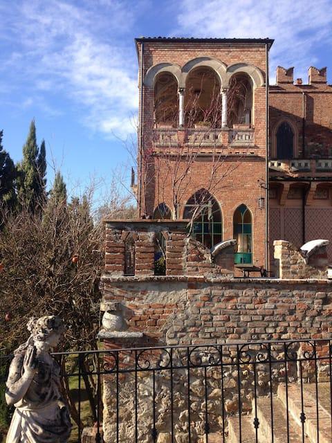 Castello di Mornico, elegante suite con colazione