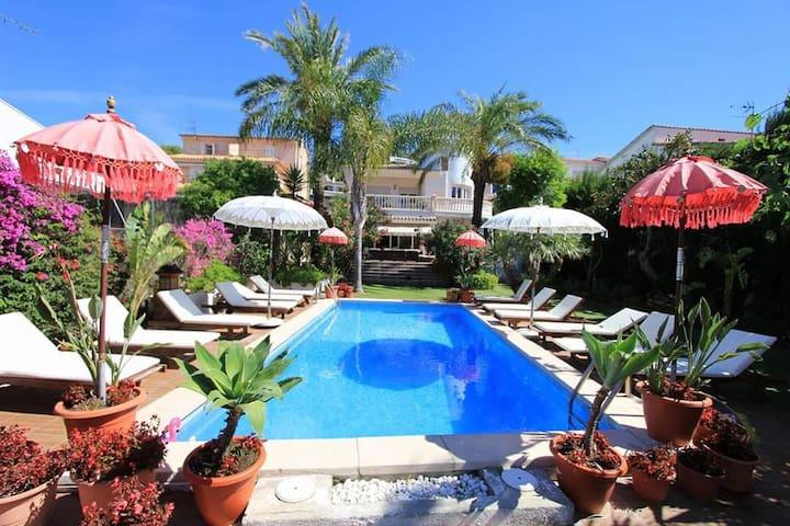 Villa Palm Garden.