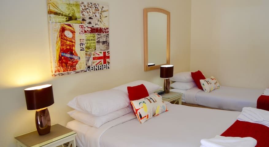 Larger Studio/Free Wi-Fi Available/Free Parking - Griffith - Appartement