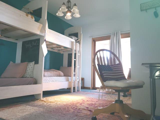 Hostel Bunk 4/4  2mi to I-25 Ranchette @ Hip House