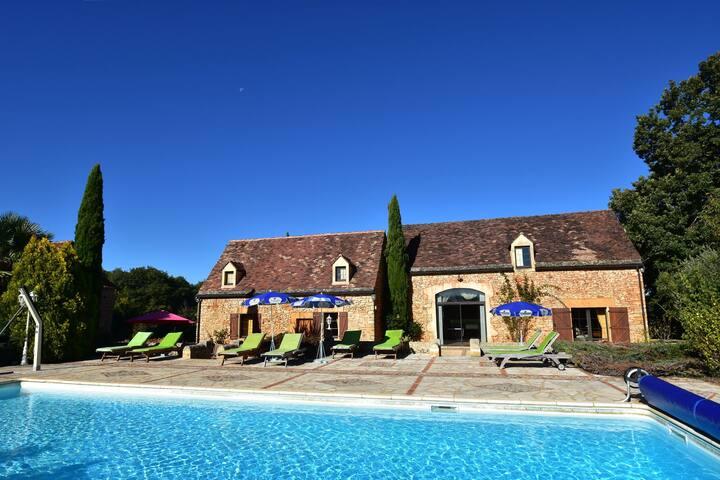 Bella casa vacanze con piscina riscaldata a Cazals, Francia