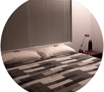 Private bedroom-bathroom wing - Pearsall - House - 2