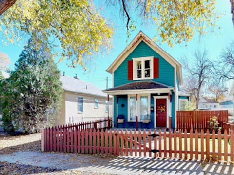 Charming Blue Bungalow Downtown Historic Montrose