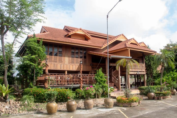 Golden Teak House with Northern Thailand Style#2 - Saraphi - Hus