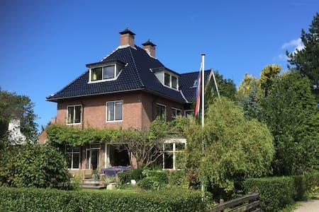Prachtige villa aan het Spaarne. - House