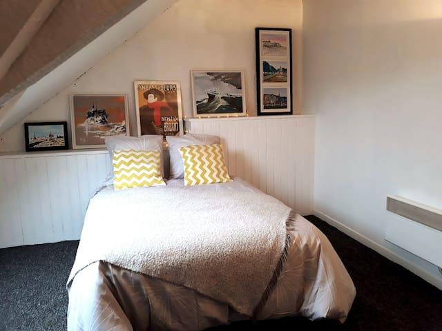 2ème chambre équipée d'un Grand lit de 140 cm Bultex. Le linge de maison est fourni. La propreté est très importante pour nous. 2nd bedroom equiped with a comfortable double bed. The linen is provided. Cleanliness is very important to us.