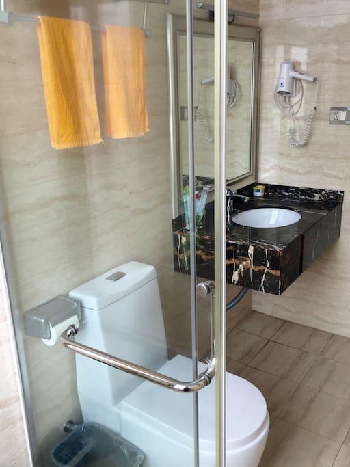卫生间干湿分离,干净通风,洗漱等所有物品配套齐全,方便整洁