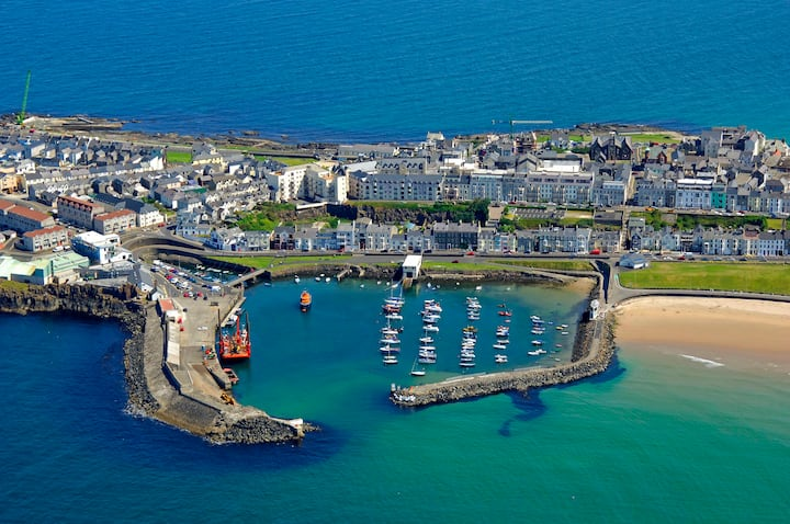 10 Minutes Walk to Portrush! Superb Location