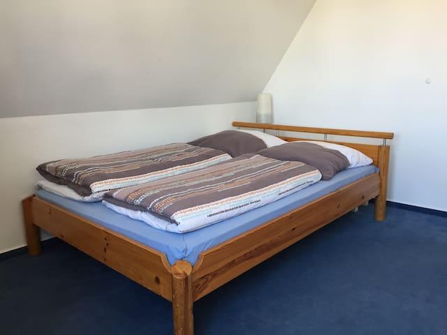 Schlafzimmer 2 mit Doppelbett (140x200) ...
