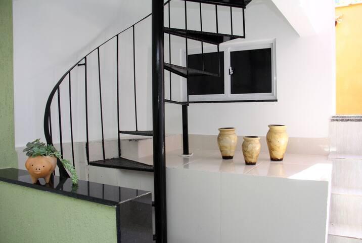 Escada de acesso para o quarto
