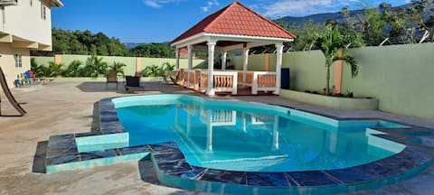 EVE'S ROCKAWAY VILLA your home away from home