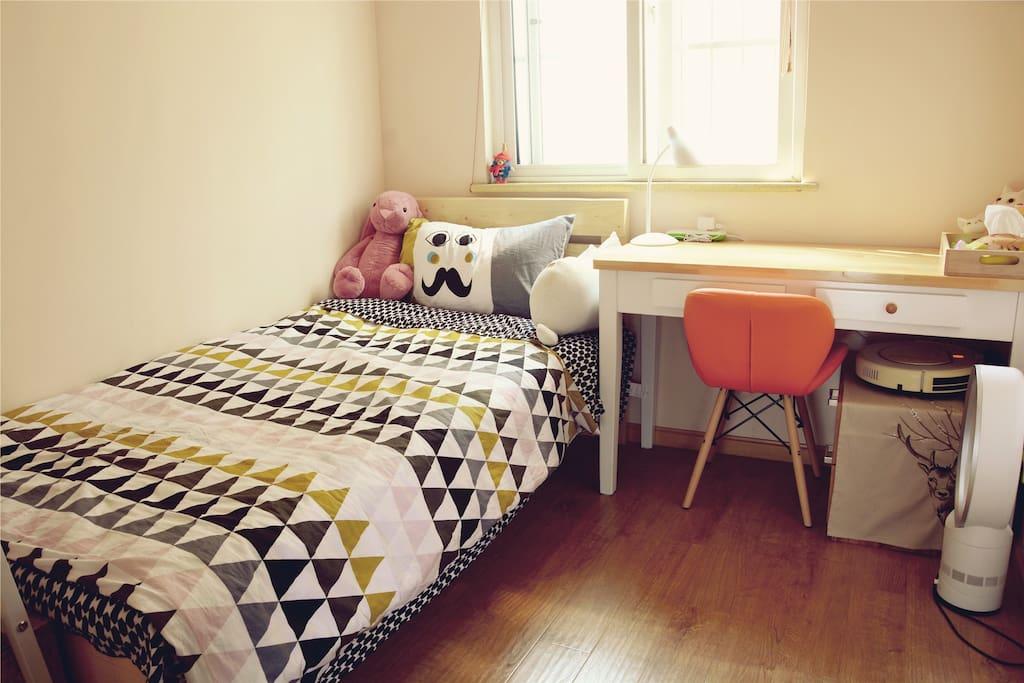 房间虽小,但也是一个温馨安静的小天地