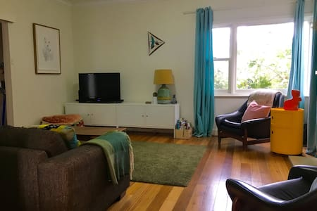 Lovely light 3 bedroom home close to train station - Coburg North - Haus