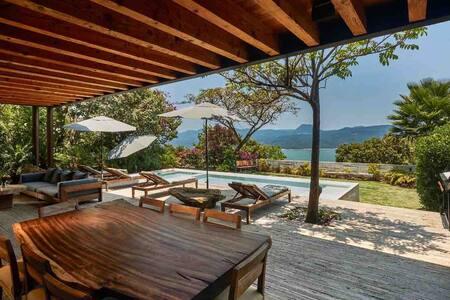 Casa enclavada en la montaña y  hermosa vista lago