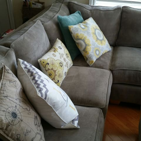 Sizeable couch near universities - Long Beach - House