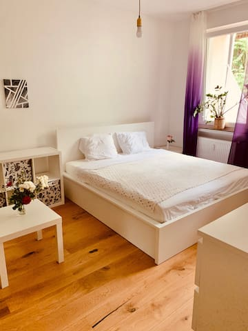Private Room with a King-Size Bed in Agnesviertel