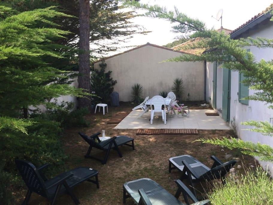 jardin derrière la maison