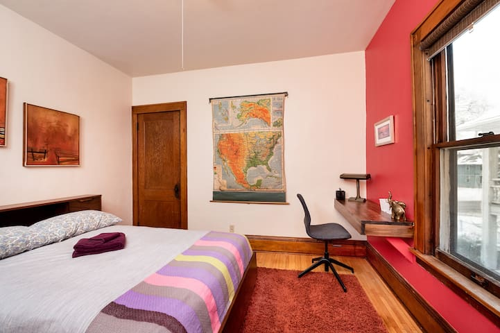 Twin Cities International Hostel - The Red Room
