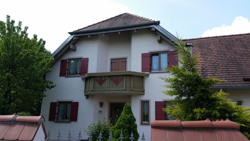Room in a single-family home, good bus connection - Ingolstadt - Casa