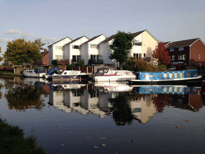 Canalside Holiday Let, Stockton Heath, with a view