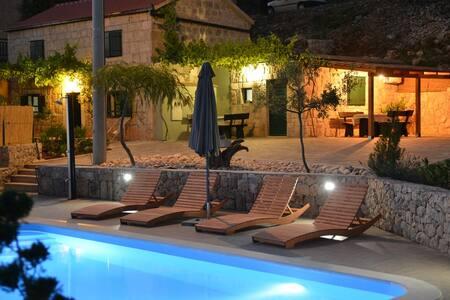 Charmy Villa with pool close to Makarska - Gornji Vinjani