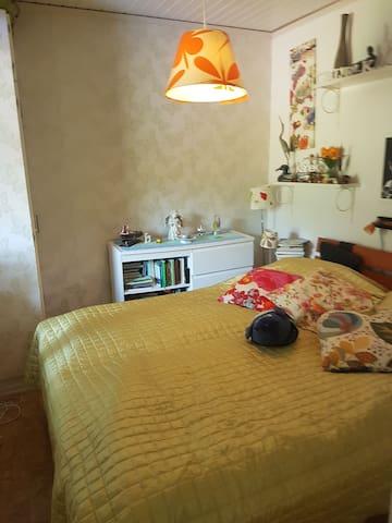 Egna sängkläder medtages. Säng dubbel 160 bred  Own bed linen is included. Bed double 160 wide  Skicka feedback