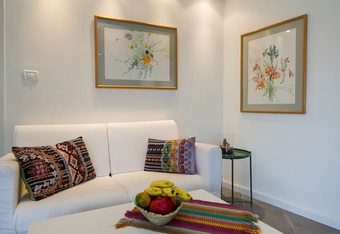 Enjoy reading a book, complimentary  fresh fruit or interesting conversation in this comfy and tranquil corner.