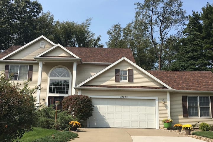Entire home for 13, walk to ND, patio/spa