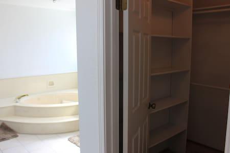 Master Bedroom in Newark - Ньюарк