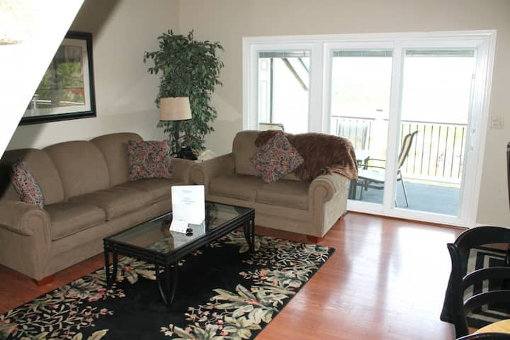 Airy Condo Retreat w/boat slip! Spectacular Lake Views! close to SDC on Table Rock Lake!