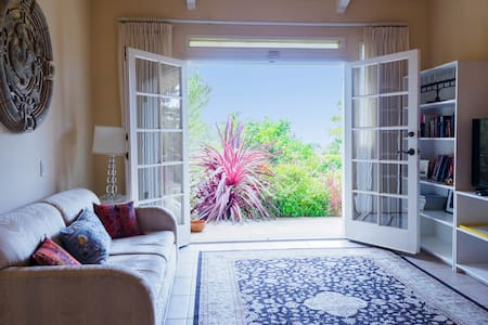 Beautiful and private one bedroom apartment - House