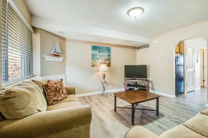 Comfortable lakeview getaway w/ central A/C, free WiFi, shared pool, & hot tub